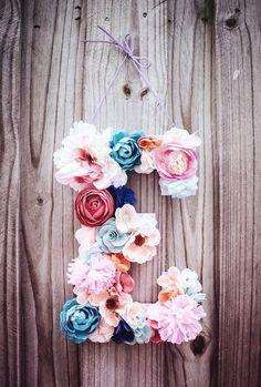 Que tal decorar a casa com as iniciais dos nomes das crianças? O charme fica por conta das flores coloridas, super a cara da primavera que se aproxima. #decor #decoração
