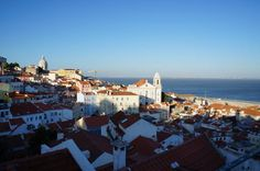 Cinco cosas que tienes que hacer si visitas Lisboa - via 365 Días con Ana 17.05.2015   Así que hoy me dispongo a contaros las cinco cosas que tenéis que hacer si visitáis Lisboa, quizás todos los turistas lo hacen, ¡pero vosotros no vais a ser menos! #portugal #viajes #turismo Foto: Vistas desde mirador de Sta Lucia