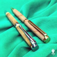 Boligrafos de madera (repuesto Cross). Hechos a mano. Vienen en sobre artesanal de cuero con cierre de gemelo en bronce.