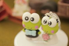 Keroppi wedding cake topper #frog #cute #animalscaketopper #handmadecaketopper #custimcaketopper #crown #bridalhair #bridalbouquet #bride #groom #clay #kikuikestudio #cakedecoration #カエル #rana #grenouille #개구리