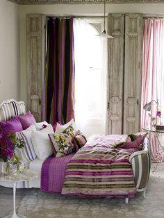 Radiant Orchid - camera da letto chic in bianco e viola - #interior #design #color