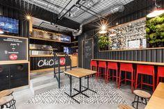Detalhes do design - As paredes desta barra de hambúrguer são cobertas de aço ondulado preto