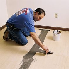 putting down the underlayment for a self-adhesive tile floor Vinyl Tile Flooring, Vinyl Tiles, Diy Flooring, Kitchen Flooring, Peel And Stick Floor, Peel And Stick Vinyl, Adhesive Tiles, Adhesive Vinyl, Baseboard Molding