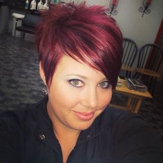 Hair Color Ideas for Short Pixie Cuts Bright and Bold Pixie Hair Color Trends Are you already tired of the same long, traditional hairstyles and want. Short Red Hair, Cute Hairstyles For Short Hair, Short Pixie Haircuts, Pixie Hairstyles, Short Hair Cuts, Medium Hairstyles, Thin Hair, Long Haircuts, Short Cropped Hairstyles