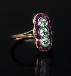 Belle Époque antiguo ruso Tres Diamantes y Ruby Ring Cluster realizado en San Petersburgo entre 1908 y 1917 aumentó un anillo de oro y plata vertical fijado con tres diamantes redondos brillantes antiguos con un peso total aproximado de 0,85 quilates rodeado por una hilera de canal conjunto Calibre corte rubíes.