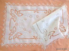 LINGE ANCIEN / Grand chemin de table avec papillons en broderie Richelieu sur toile de fil de lin