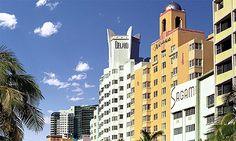El Distrito Art Decó de Miami está compuesto por cientos de edificios diseñados con este peculiar estilo arquitectónico. La mayoría de éstos, (caracterizados por basarse en la geometría elemental y llenos de colores tropicales y tonos paste  l), datan de los años 1920 a 1940 pero han sido renovados para que Miami sea un glamuroso destino turístico.