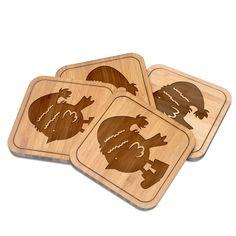 Untersetzer quadratisch Weihnachtspinguin aus Bambus  Coffee - Das Original von Mr. & Mrs. Panda.  Diese quadratischen Untersetzer mit abgerundeten Kanten sind ein besonderes Highlight auf jedem Esstisch. Jeder Gläser Untersetzer wurde mit viel Liebe handgefertigt und alle unsere Motive sind mit besonders viel Hingabe von unserer Designerin gestaltet worden. Im Set sind jeweils 4 Untersetzer enthalten.    Über unser Motiv Weihnachtspinguin  Ein Pinguin ist ja eigentlich Kälte gewöhnt…