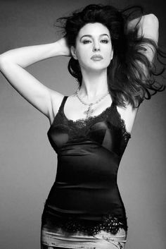 Italian actress and style icon Monica Bellucci stars at the cover of Woman Madame Figaro magazine Spain, April 2014 issue. Monica Bellucci Wallpaper, Monica Belluci, Actrices Sexy, Femmes Les Plus Sexy, Italian Actress, Italian Beauty, Hollywood Celebrities, Mode Style, Mannequins