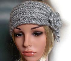 Stirnband ANNABELLE -  hell grau - Handgearbeitetes Stirnband, gestrickt im Makromaschenlook in edlem Alpaka-Seide-Mix mit Zopfmuster. Hingucker sind die gleichfarbigen, seitlichen Appllkationen.