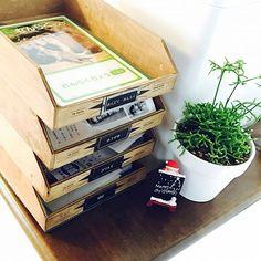 Otherの木製/木製雑貨/RoomClip mag/両面テープ/整理収納/小学生…などについてのインテリア実例を紹介。「木製の書類トレイ 既製品を使って作りました⸌⍤⃝⸍ ①トレイを接着前に、 金具(ダイソーで購入、ネジ付き、3個入)を、 ドライバーで付けました。 ②文字を書いた用紙を、そこに、差し込む。 (英語にしたいところですが、幼稚園生も使うものなので、ひらがなで) ③木製のトレイ(3コインズで購入)は、 外すことも考えて、両面テープで、固定しただけです。 ④滑り止めを敷く 子供が使うものなので、 誤って落下して怪我をしない為です。 我が家はカウンター上に置いたので、 高さがあり、子供に落下したら危険! キッチンマット用の長いものを折りたたんで、ガッチリ固定しました。 木製のものは、高価で、出回っている数も少なく、ずっとを探してました。 生活感は、どうしても出てしまいますが、 毎日のことなので、ジタバタしてみました。 」(この写真は 2016-12-13 08:25:21 に共有されました)
