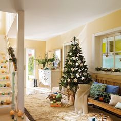 Una de nuestras lectoras, Blanca, nos abrió las puertas de su casa para mostrarnos como viste su recibidor de Navidad. Míralo todo en la sección de Navidad de www.elmueble.com