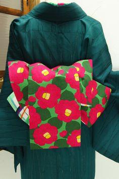 緑の地に浮かぶ大輪の椿が愛らしいデザインと、水彩絵の具で描いたようなゆらぎのあるチェック模様がリバーシブルになった半幅帯です。 #kimono
