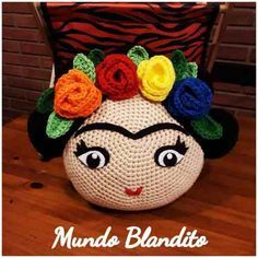 Almohadon Tejido Al Crochet Frida Kahlo - $ 470,00 en Mercado Libre Art Au Crochet, Crochet Fabric, Crochet Cushions, Crochet Quilt, Crochet Pillow, Crochet Home, Cute Crochet, Crochet Crafts, Crochet Projects