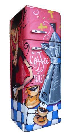 FAB30 CaffettieraDeze unieke Jaren '50 koel-vriescombinatie is beschilderd door de Italiaans-Amsterdamse pop-art kunstenaar Selwyn Senatori. Deze FAB30 koel-vriescombinatie is rechtsdraaiend en heeft energieklasse A+.