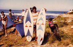 Homenagem - Rui Graça (Peixe) segurando pranchas suas em Ribeira d'Ilhas, inicios de 1980