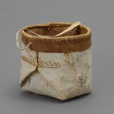Birch Bark & Leather Container used to Carry Water and Berries / Hood Museum Native American Crafts, Native American Beadwork, Birch Bark Crafts, Wood Crafts, Birch Bark Baskets, Pine Needle Baskets, Nativity Crafts, Basket Bag, Weaving Art