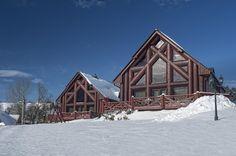 Hľadáte niečo, čím vyrazíte dych svojim najbližším? Prekvapte ich pobytom v luxusných chatách Mountain resort až pre 8 osôb, z toho 4 dospelí a 4 deti. Skicentrá Strachan a Strednicu máte hneď za oknom a k zjazdovkám môžete pohodlne vykročiť rovno v lyžiarkach. Dominantou chát je aj samostatná fínska sauna či otvorená jacuzzi, z ktorej možno pozorovať tatranskú hviezdnu oblohu. / Belianske Tatry - Ždiar