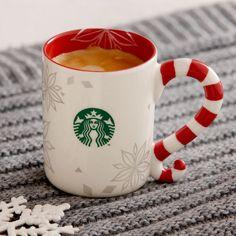 Un mug en céramique au format demi-tasse orné de flocons de neige argentés et d'une fantaisiste poignée en sucre d'orge.