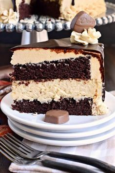 Whats not to love about this Chocolate Peanut Butter Cheesecake Cake? Cake cheesecake peanut butter frosting ganache and candy! Chocolate Caramel Brownies, Chocolate Peanut Butter Cheesecake, Dove Chocolate, Chocolate Cake, Chocolate Chocolate, Delicious Chocolate, Best Coconut Cake Recipe, Shugary Sweets, Cheesecake Cake