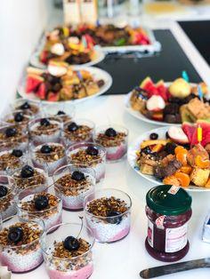 Brunch til store selskaber Buffet, Chocolate Covered Strawberries, Bruschetta, Mozzarella, Recipies, Cheesecake, Strawberry, Food And Drink, Veggies