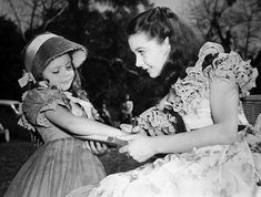 Vivien Leigh signing the cast on the arm of a young fan. Scarlett O'Hara Gone with the Wind Vivien Leigh Hollywood Glamour, Classic Hollywood, Old Hollywood, Vivien Leigh, Classic Movie Stars, Classic Movies, Old Movies, Great Movies, Vintage Movies