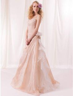 Robe de mariée Eglantine, en tulle et dentelle, Aurélie Cherell. Environ 2695€.