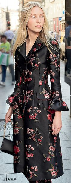 Beautiful black and floral coat Floral Fashion, Look Fashion, New Fashion, High Fashion, Fashion Show, Womens Fashion, Classy Fashion, Fashion Vintage, European Fashion