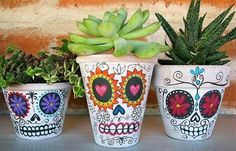 hand painted sugar skull clay pots -- this would be a fun Halloween season activity :) Painted Pots, Hand Painted, Diy Day Of The Dead, Skull Planter, Arts And Crafts, Diy Crafts, Skull Crafts, Decorative Planters, Ideias Diy