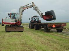 Takeuchi loading bales - www.melkveehouderij-jongelinde.nl