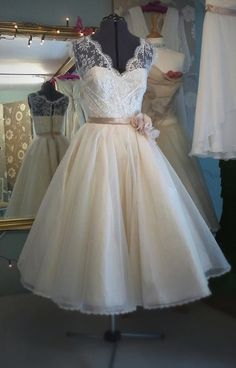 Beautiful dress, I was so meant to live in the 50s