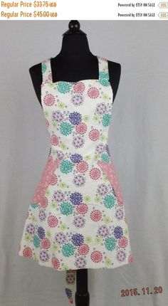 I made this reversible apron with two prints. One print is full of very colorful firework looking #flowers and the other print has a pint background with tiny white flowers.... #holidays #giftgiving #blackfriday #cybermonday #christmas #baking #cooking #chef