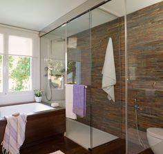 Ducha en baño con ventana a exterior