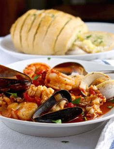 Classic Cioppino San Franciscan-style seafood stew made with tomatoes, wine, spices and herbs. #thehungrybluebird #cioppinorecipe #classic #sanfrancisco #seafoodstew #seafood #seafoodsoup Seafood Cioppino, Cioppino Recipe, Seafood Stew, Shrimp And Lobster, Fish And Seafood, Fish Recipes, Seafood Recipes, Beer Battered Fish, Just Cooking