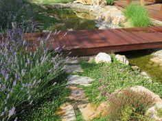 Busca imágenes de Jardines de estilo Mediterráneo: Puente de madera tropical. Encuentra las mejores fotos para inspirarte y crea tu hogar perfecto.
