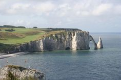 Le mois passé, j'ai chaussé mes godillots et je suis partie barouder en Normandie. Objectif les falaises d'Etretat où se mêlent le vert de la campagne normande et le bleu profond de la mer. Le trekking accessible à tous que je vous propose vous permettra de découvrir au plus près les falaises de la sublime côte d'Albâtre.Le départ se fait au centre...