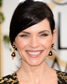 Julianna Margulies pairs  yellow gold with black in Van Cleef and Arpels jewels at the 2014 Golden Globes.