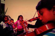 El violín acompañó los momentos de espera...los minutos pasaban rápido antes de entrar al Astrobus...