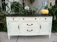 New Distressed Furniture Ideas Dresser Redo Color Combos Ideas Annie Sloan Chalk Paint Furniture, Chalk Paint Dresser, Hand Painted Furniture, Distressed Furniture, Repurposed Furniture, Painting Furniture, Trendy Furniture, Diy Furniture, Bedroom Furniture