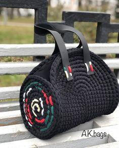 No photo description available. Diy Crochet Bag, Crochet Basket Pattern, Crochet Rope, Crochet Braids, Knitting Yarn Diy, Finger Knitting, Crochet Handbags, Crochet Purses, Sac Granny Square
