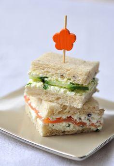 Mini sandwichs club au cottage cheese en deux versions, concombre et saumon fumé