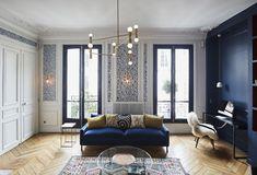 Un appartamento haussmaniano rinnovato con stile soggiorno