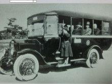 1925年ウーズレーCP型「東京市営バス」の実働写真 雨天時、戦前の日本で車輪に装着が義務付けられていた泥はね防止器が付いています。