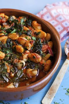 This Greek butter bean and spinach dish has a flavour combo that is completely addictive - tomato and mint Eat it hot or cold with picnics and barbecues Another beauty from Rick Stein s Venice to Istanbul series Healthy Recipes, Bean Recipes, Vegetable Recipes, Vegetarian Recipes, Cooking Recipes, Rick Stein, Greek Dishes, Greens Recipe, Veggie Dishes