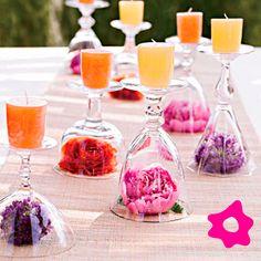 Decoração de mesa com vela e flores