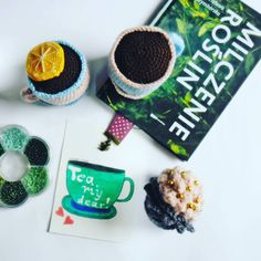 Czas na herbeatę #teatime #tea #teacups #cupcake #crochet #crochertoy #crochetfood #book #bookmark #ribbonbookmark #daybydaylettering #lettering #letterart #handletteringchallenge #handlettering #flatlay #flatlayforever #GawraStefana