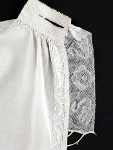 Detail mannenhemd met geborduurd halsboord (linnen, kloskant, zijde) 1775-1800 (Zeeuws Museum; collectie Zeeuws Museum; foto: Ivo Wennekes)