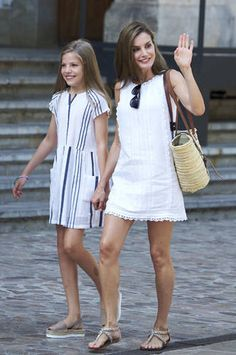 Princess Sofia Photos Photos - Queen Letizia of Spain and her daughter Princess Sofia of Spain visit the Can Prunera Museum on August 2017 in Palma de Mallorca, Spain. - Spanish Royals Visit Can Prunera Museum In Soller - Palma de Mallorca Tween Fashion, Holiday Fashion, Cute Fashion, Daily Fashion, Holiday Style, Womens Fashion, White Dress Summer, Summer Dresses, Spanish Dress