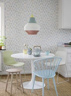The wallpaper Laura - 5925 from Eco Wallpaper is a wallpaper with the dimensions x m. The wallpaper Laura - 5925 belongs to the popular wallpaper coll Dining Nook, Dining Chairs, Dining Table, Retro Interior Design, White Wallpaper, Open Kitchen, Modern Kitchen Design, Contemporary, Furniture