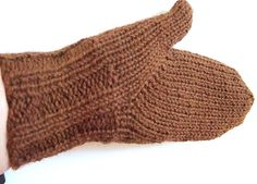 Indian thumb gusset Found 3 patterns in ravelry that use this Finnish technique for the thumb Knit Purl, How To Purl Knit, Crochet Mittens, Knit Crochet, Hand Knitting, Knitting Patterns, How To Start Knitting, Knit Hats, Knit Picks